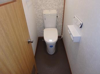水漏れしていたトイレが新しくなり、節水にもなりました。クロスも一緒に交換し、新築のようなトイレに生まれ変わりました。