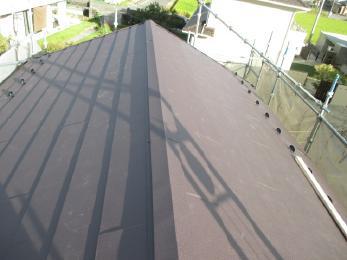軽量な金属屋根にしたことで、地震の時に建物にかかる負担が軽減できます!断熱材が入っているので、優れた断熱効果も発揮します