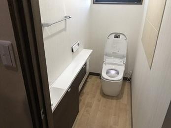 タンクレストイレと手洗い付きキャビネットをつけたことで収納やトイレの機能もよくなった