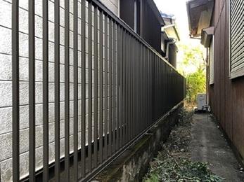 スチールフェンスからアルミフェンスに交換した事で見た目を変えずに、錆びに対する耐候性を向上させました。