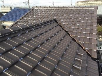 屋根の棟部分の垂木を木製から樹脂製のものに交換し、 瓦止めのシーリングを施すことで「フラッタリング」(強風による瓦のばたつき)のリスクが解消されました。