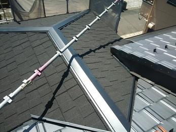 風速70m/sでも飛ばないセネターをカバー工事にて施工し、災害に強い屋根になりました。