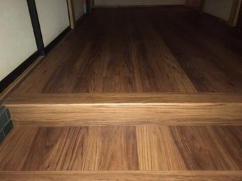 築40年により歪みが起きていましたが、重ね張りをすることで、既設のフロアが捨てばりと同じ役割となり、床鳴りがおさまりました。