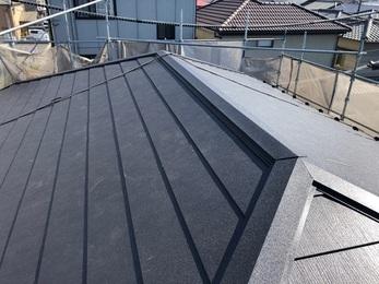 20年以上経過しているカラーベストの屋根は全体的に傷みが進んでおり、将来を見据えて耐久性の高い屋根材を上から被せるカバー工事を施工しました。