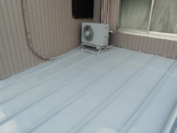 トタンは重ね葺きでガルバの屋根へと変わり、和室の天井は新品になりました。