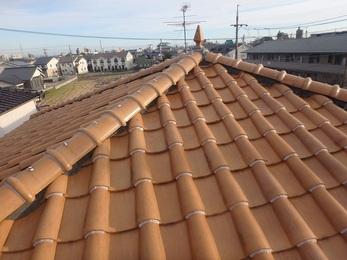 自然災害による保険適応となり雨樋と屋根そして伸縮門扉を修繕工事し、それ以外にも劣化した谷板金も一緒に施工しました。