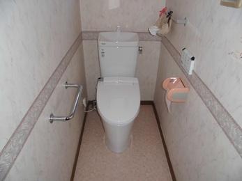 トイレを交換することによりお客様のご希望の節水トイレとなり、床面も張り替えることでトイレの雰囲気を変えることができ良くなりました。