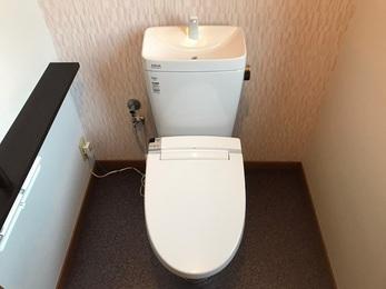 トイレはリクシルのアメージュZフチレス手洗い付きのタンク有りタイプの商品に交換し、トイレを一部屋として考え、床や壁紙、紙巻器、タオル掛け、手すり全て新しいものにリフォームしました。