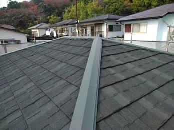 根本的な施工に問題が見られたため屋根を一新することになり、破損は直り屋根材も新しくなりました。