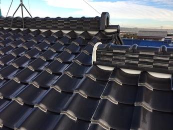 雨樋・屋根共に保険支給が決定し、経年劣化もあった為に全体的な交換を行い、無事に雨樋からの水漏れは無くなり屋根の漆喰もキレイに補修完了しました。