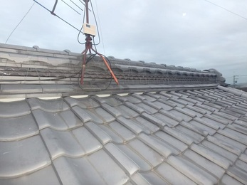 今回の補修は板金カバー施工をご提案し、点検した際、屋根棟部分も瓦ズレと番線の切れが確認できましたので屋根修繕も一緒に施工しました。