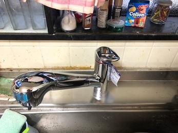 広いシンクをお使いなので、ハンドシャワー水栓に替えシンクの隅々まで洗い流せるようになりました。