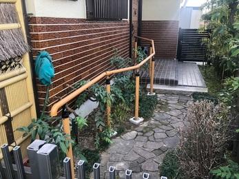 室外では門から玄関まで手摺を取り付ける事により安全な歩行ができるようになり、 室内でも浴室内や玄関から廊下にかけて手摺を取り付けしまたので安全なご移動の補助ができます。