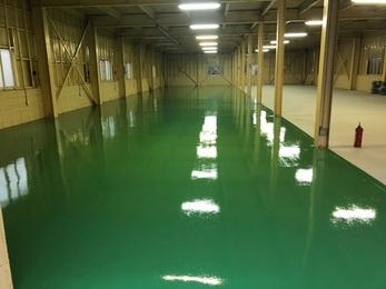 新しく土間を打ち直した工場でしたのでポリッシャーで研磨をかけて、プライマー塗布後に細かいクラックの補修を行った後に仕上げ塗装を2回行い、定番の緑色の床が仕上がりました。