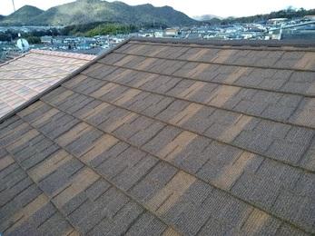 瓦の劣化が進んでいる状態だった屋根を今回はリクシルのTルーフを使って新しくしました。
