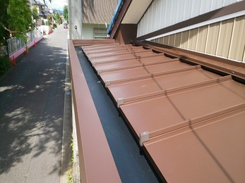 穴が空いていたトタン屋根をカバー工法したことで、雨漏れもとまり、美観も良くなりました。