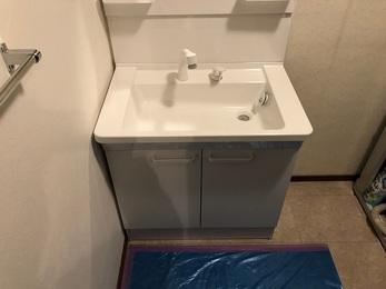 新しい洗面台は既設のサイズより少し大きかった為、下地との継目も上手く隠れ、 洗面台よこのクロスを貼り替えて下地に新しいタオル掛けを設置しました。