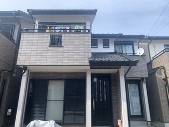 外壁のお色はお客様と一緒に決めさせていただきイメージ通りに仕上がり、 屋根では垂木を樹脂に交換し、ビスも打ち替えたので自然災害に強くなりました。