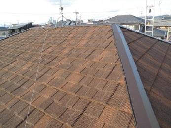 長期的にお手入れの必要が少なくすむ 石葺きの屋根材を採用し、新しい防水シートを重ねて施工することで 雨漏れは改善しました。