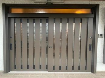 既存の玄関枠に枠材を取り付けカバーする事で工事の時間も短く雰囲気も変わりました。