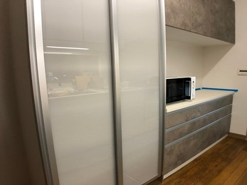 タカラスタンダードのホーローキッチンは、こびり付いた汚れも染みつかず美しさをキープでき、収納は開戸からスライドになり収納力が上がり、奥まで使いやすくなりました。