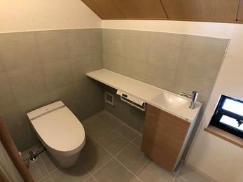 1.5畳あるトイレ空間が、エコカラットのライトグリーンの穏やかな色合いが上品な空間を演出しました。